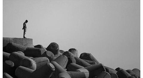 un uomo osserva delle rocce