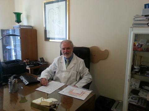 un medico seduto alla scrivania