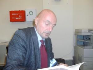 un uomo seduto alla scrivania mentre legge un libro