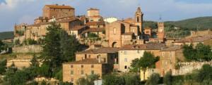 veduta di Montisi con edifici rossi in mezzo al verde