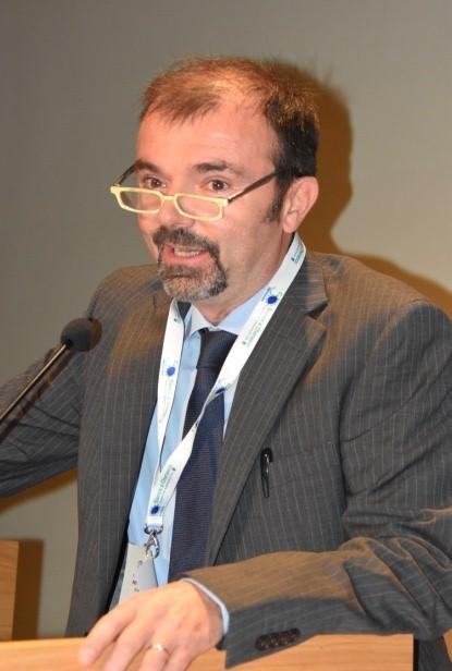 Un uomo mentre parla al microfono durante un convegno