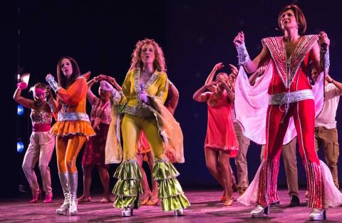 attori con costumi di scena durante un musical