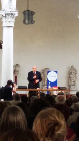 Gustavo Zagrebelsky parla al microfono in piedi davanti al pubblico
