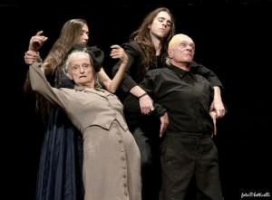 due giovani attori reggono per le braccia due altri attori truccati da vecchi