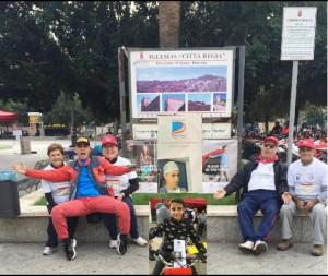 persone sedute accanto a un cartellone
