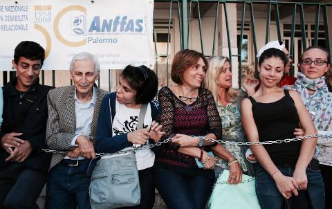 Diritto allo studio: studenti con disabilità di nuovo incatenati a Palermo