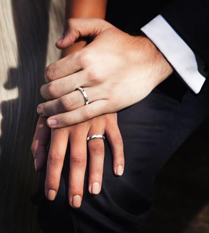 due mani con indosso delle fedi
