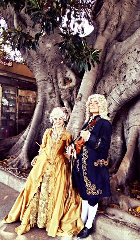 una coppia in costume ottocentesco