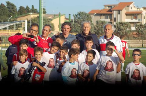 calciatori adulti e bambini in una foto di gruppo