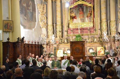 un momento di un'affollata messa concelebrata da più sacerdoti