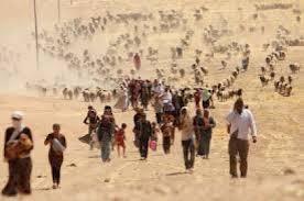 folla di profughi in marcia nel deserto