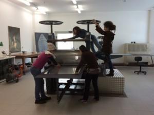 quattro donne montano delle installazioni artistiche