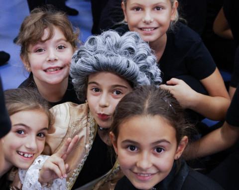 gruppo di bambini tra cui uno mascherato da Bach