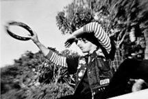 foto in bianco e nero con un uomo tra le frasche