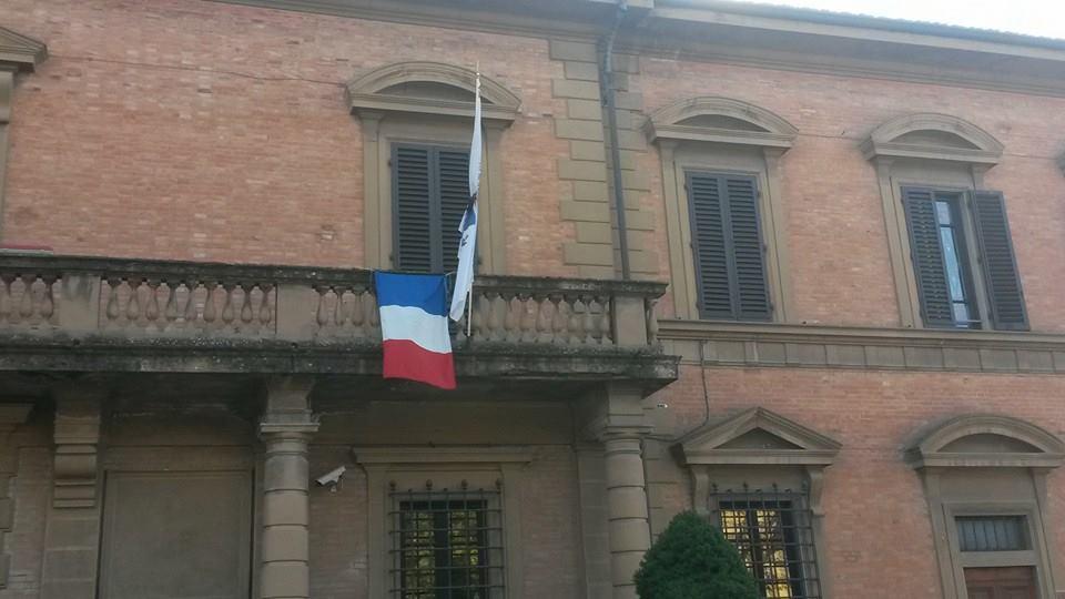 Borgo San Lorenzo, esposta bandiera comunale listata a lutto per solidarietà con la Francia