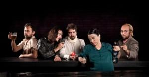 gruppo di persone poggiato al bancone di un bar