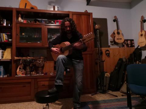 Suoni di pace con la chitarra battente di Francesco Loccisano