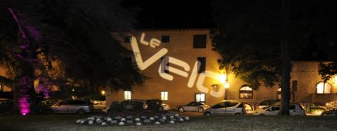 edificio con davanti varie macchine in fila e sulla facciata la scritta Le Velo