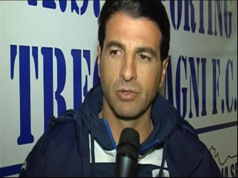 Luca Di Gregorio mentre parla a un microfono