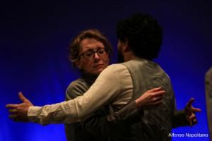una donna abbraccia un uomo