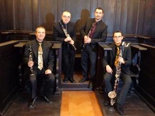 quattro musicisti con in mano un clarinetto