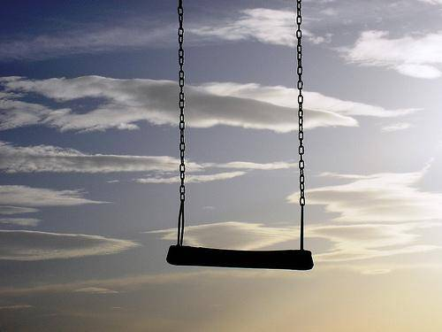 un altalena sospesa davanti al cielo