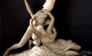 statua raffigurante amore e psiche che si abbracciano