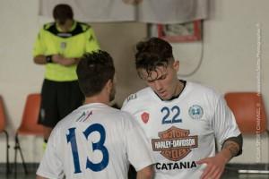 due giocatori di calcio a 5 durante una partita