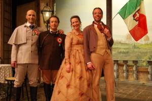 attori con costumi di scena e una bandiera italiana in mano