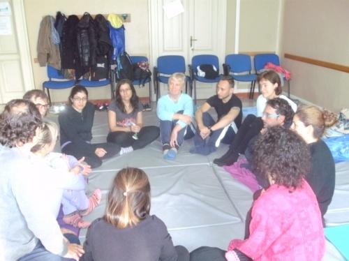 persone sedute per terra in cerchio
