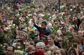 folla con fiori in mano