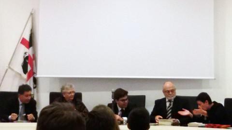 tavolo dei relatori di un convegno