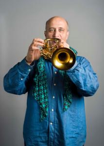 Donato De Sena suona una tromba