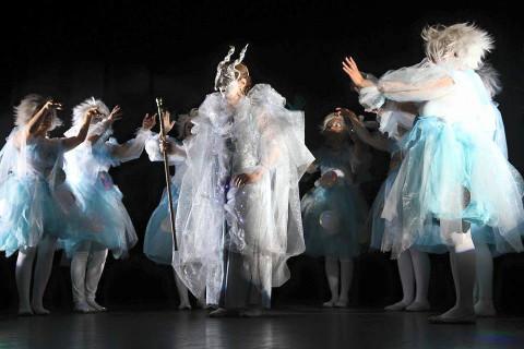 attori dell'aaccademia di canto moderno di siena con costumi di scena