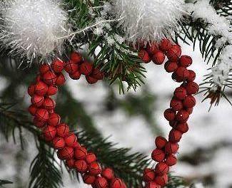 decorazione natalizia a forma di cuore appesa a un albero