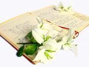 quaderno di poesie con fiori poggiati sopra