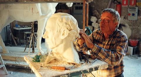 Floriano Bodini mentre scolpisce una testa