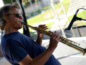 Franco Olivero mentre suona il flauto
