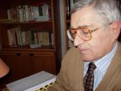 Luigi Casale mentre legge