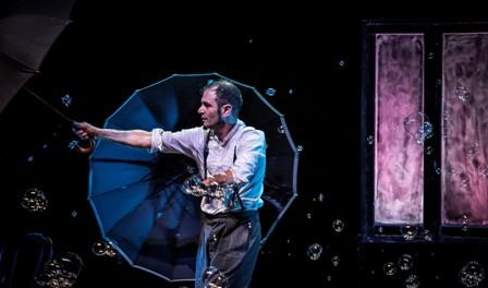 Michele Cafaggi durante lo spettacolo teatrale L'omino della pioggia