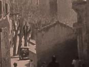 foto d'epoca con persone in una strada di Cagliari