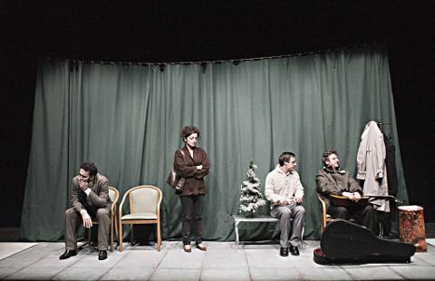 la compagnia teatrale MusellaMazzarelli durante lo spettacolo La società