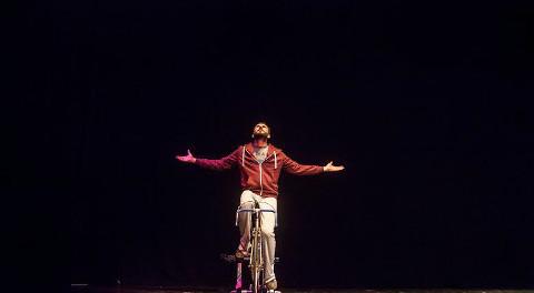 Davide Tassi sopra una bici durante uno spettacolo teatrale