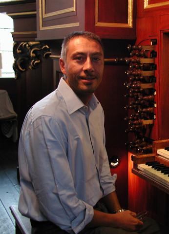 Roberto Canali davanti a un organo