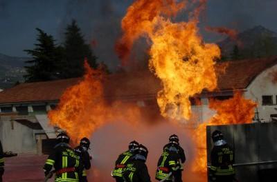 Vigili del fuoco domano un incendio