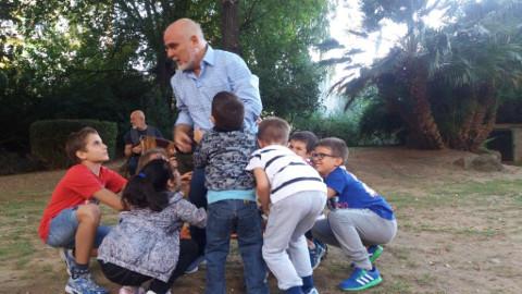 Gianluca Medas in L'Ultimo Mamuttone attorniato da bambini