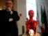 francesco guadagnuolo con sua scultura contro femminicidio