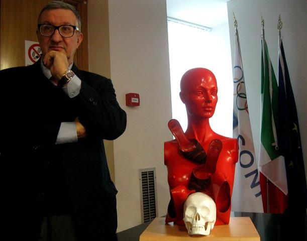 """""""Femminicidio"""", una scultura di Guadagnuolo"""