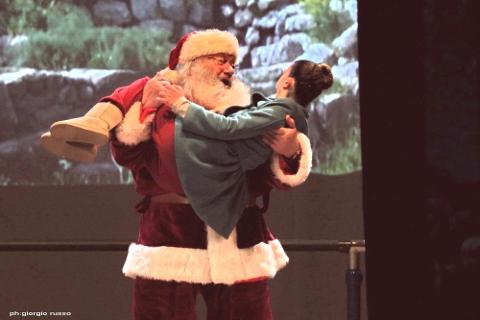 """Lo spettacolo """"SOS Babbo Natale"""" a Monserrato"""