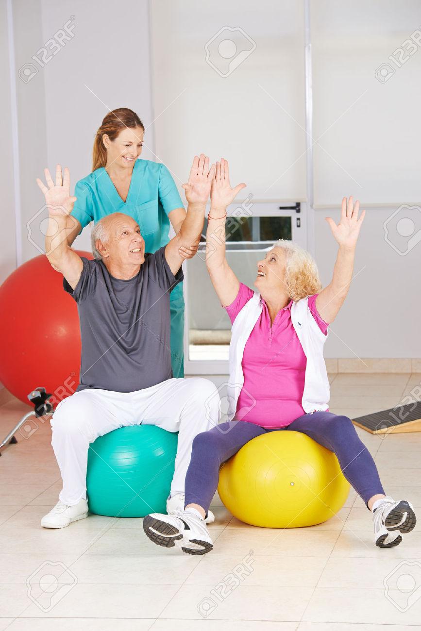 37735254 due anziani che fanno sport in fisioterapia durante la riabilitazione archivio fotografico
